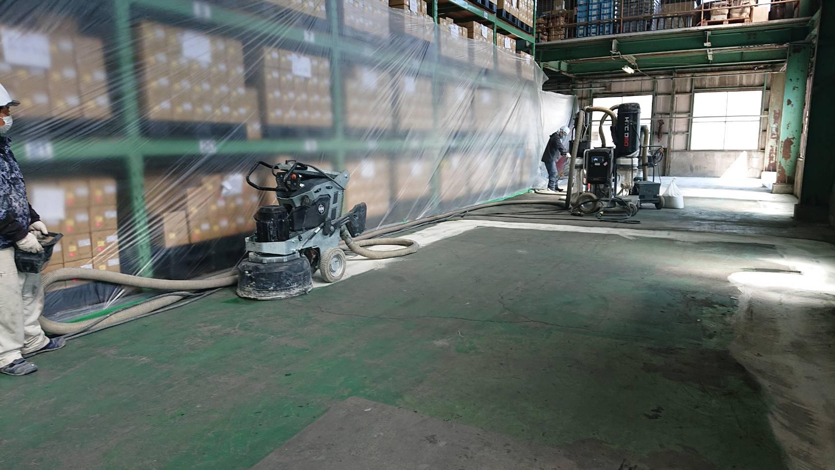 『DURATIQ8』を使って、倉庫の床の不陸改修です。