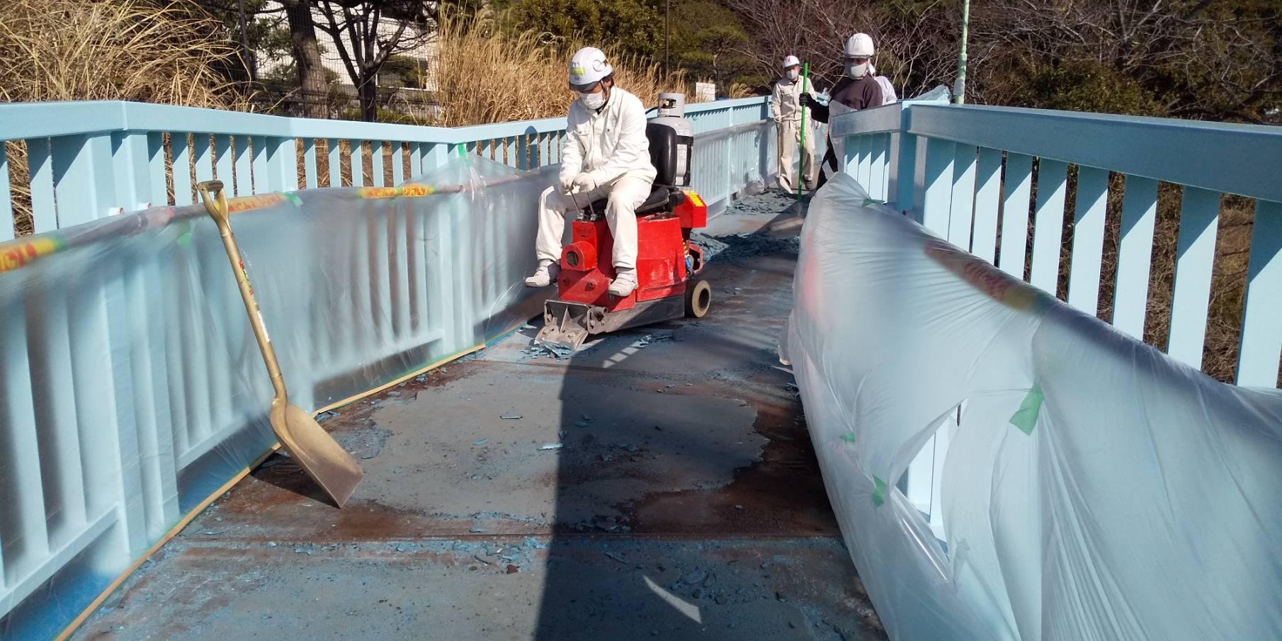 騎乗式剥がし機『ブロンコ』 歩道橋上の舗装材の撤去
