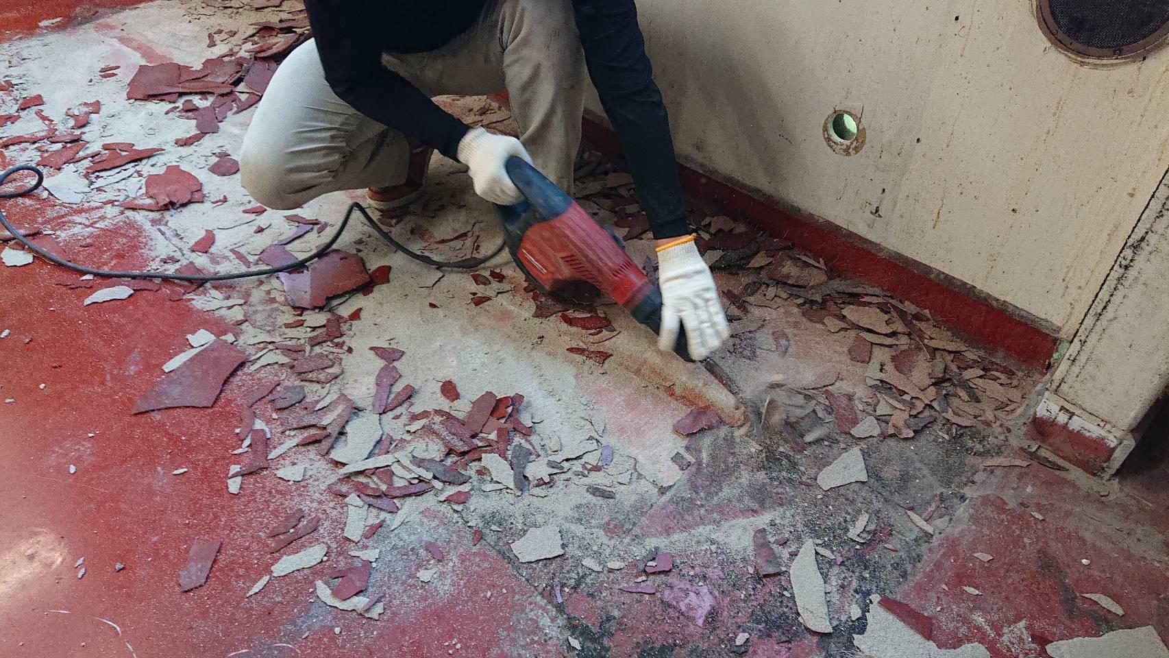 『電動ピック』 エポキシ塗床材の除去