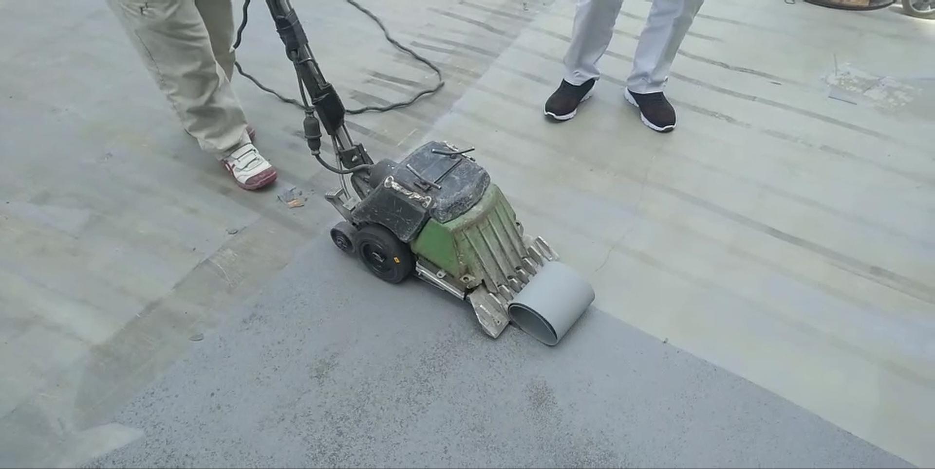 屋上防水シートをターボストリッパーで撤去しています。