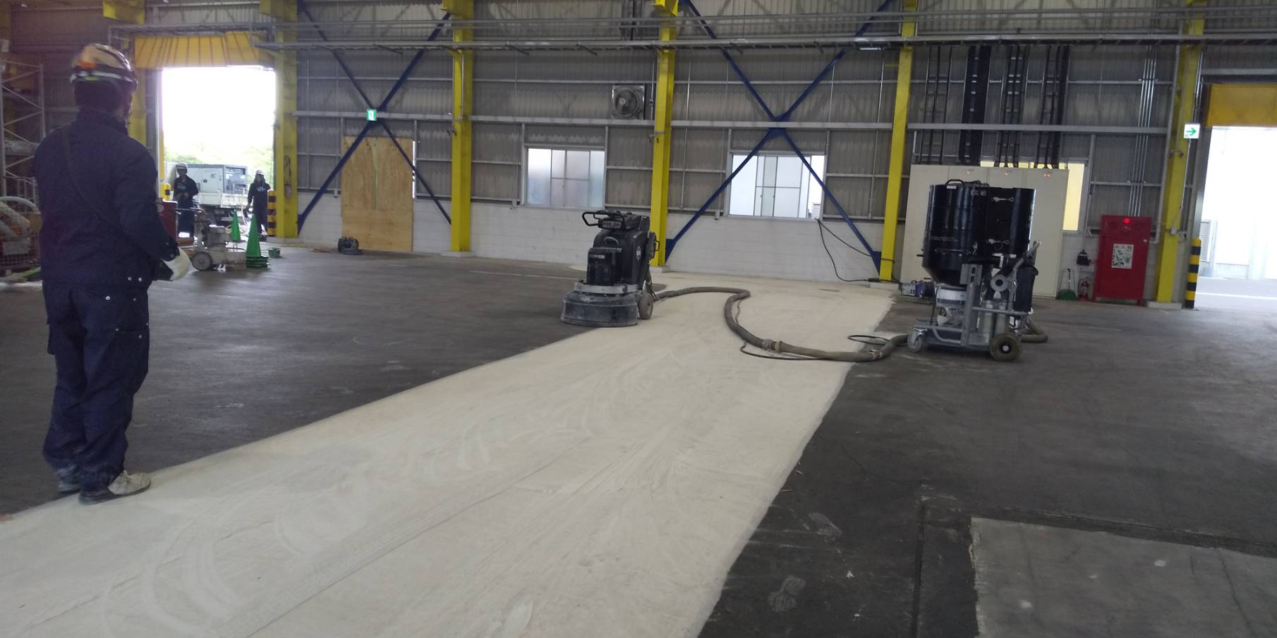 強化剤仕上げの硬いコンクリート床を目粗し研磨しているところです。