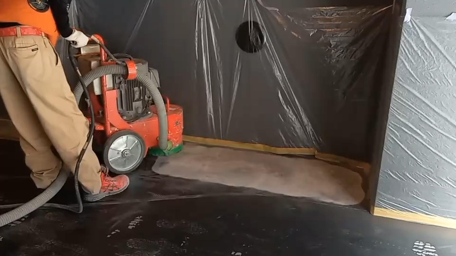 床面研磨機『トルネード』を使って、艶出しメンテナンス材の研磨除去をしています。
